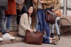 """Eine echte Schönheit mit Charakter! Das ist """"Cecilia"""". Die Handtasche aus hochwertig verarbeitetem, dunkelbraunem Büffelleder eignet sich perfekt als Shopper für die Stadt, die Uni oder die Arbeit. Außen schlicht und einfach gehalten, offenbart sie im Inneren ein hübsches, gestreiftes Innenfutter - Ledershopper - Lederhandtasche - Gusti Leder - 2M43-26-23"""