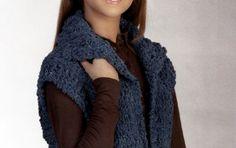 Lavori a maglia: un gilet lungo fai da te - Un gilet realizzato in un unico pezzo e chiuso da una semplice cintura lavorata a tubolare. Una semplice e calda idea per scaldare l'inverno. Vediamo insieme tutte le istruzioni.