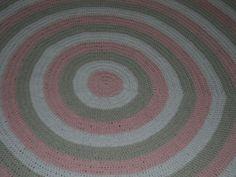 Tapete confeccionado à mão, tradicional técnica do crochê. <br>Sofisticação e aconchegante , valorizando ainda mais a decoração que você preparou para o quarto da sua bebe <br>.o material usado na produção é barbante de algodão, que facilita a lavagem constante da peça. Cores:rosa claro e branco. e caqui <br>Pode ser encomendado em outras cores e tamanhos
