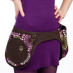 Mama Pocket Belt de chez Liliputi est ce qu'il vous faut pour garder vos mains libres lors de vos déplacements ! Les Jolies pochettes deviennent l'indispensable de vos sorties. Très pratique, ce duo de poches se porte à la taille et vous permet de transporter toutes vos petites affaires personnelles. Pour qui ? Vous, mamans… de quoi ranger les sous, …