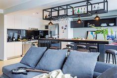 Living, comedor y cocina integrados en un triplex. Barra con base de hierro y tapa de madera Proa de Patagonia Flooring. Completan el juego banquetas con patas de madera negra y tapa de cuero de Estudio CDW.