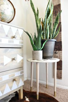 DIY Plant Stand or Side Table that is amazing! It is tribal and modern all at the same time!! Click for tutorial