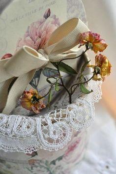 Ana Rosa--last rose of summer Kitsch, Vintage Accessoires, Drying Roses, Vibeke Design, Shabby Chic, Rose Cottage, Cottage House, Desert Rose, Geraniums