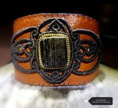 Handgemachtes Kunstlederarmband mit Macraméapplikation und in Messing gefassten Schörl/schwarzer Turmalin