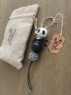 Jack Skellington wood beads keychain with metal ring. Cute Crafts, Diy Crafts To Sell, Bead Crafts, Beaded Garland, Halloween Bags, Diy Keychain, Jack Skellington, Kokeshi Dolls, Yarn Crafts