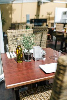 Der perfekte Ort für einen Ausflug in die mediterrane Küche. Table Settings, Restaurant, Perfect Place, Mediterranean Style Kitchen Designs, Double Room, Diner Restaurant, Place Settings, Restaurants, Dining