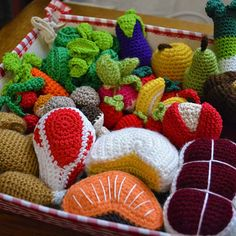 Crochet Food, Diy Crochet, Crochet Things, Amigurumi Toys, Miniatures, Knitting, Journal, Tela, Pom Poms