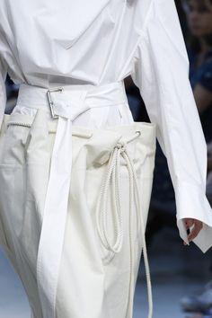 Marni Spring 2017 Ready-to-Wear Collection Photos - Vogue Fashion In, White Fashion, Fashion Week, Fashion 2017, Fashion Details, Runway Fashion, Fashion Show, Fashion Looks, Fashion Design