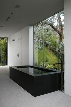Wohnideen Traumbad schwarze Badewanne Aussicht