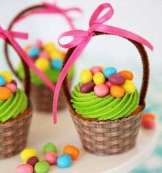 Are you looking for a super cute Easter dessert? These Easter basket cupcakes are perfect and so easy to make! Use your favorite Easter candies to decorate your cupcakes! Perfect for any Easter party or gathering Christmas Crafts For Adults, Thanksgiving Crafts, Thanksgiving Activities, Thanksgiving Placemats, Christmas Ornaments, Christmas Diy, Hoppy Easter, Easter Eggs, Easter Food