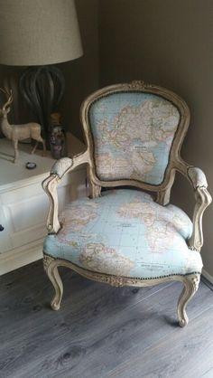 Oude stoel opgeknapt met leuke stof landkaart wereld kaart