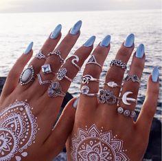 Joyas bohemias de Bohomoon We Love Boho Blue nails lovely rings and this white tattoo are killing! Nail Jewelry, Cute Jewelry, Boho Jewelry, Fashion Jewelry, Boho Rings, Jewelry Rings, Bling Bling, Manicure Gel, Manicure Ideas