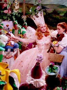 "Billie Burke and Judy Garland in ""The Wizard of Oz"" duo ever! Wizard Of Oz Movie, Wizard Of Oz 1939, The Wizard Of Oz Costumes, Glinda The Good Witch, The Worst Witch, Wicked Witch, Judy Garland, Billy Burke, Broadway"