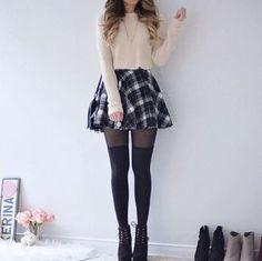 Que tal este look para verse chic pero a la vez un poco invernales comenzaremos combinando... Un suéter color pastel tipo top, una falda hasta la cintura, si hace un poco de frío combina la falda con medias negras, unos botines para darle toque y tienes un gran look invernal y un poco chic.