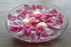 Glass bowl with floating in water candles and rose petals Centerpiece Simple Inexpensive Romatic Decoration table wedding party Valentine's idea Centro de mesa romantico de cristal y petalos de rosas rosa y velas flotando en agua Facil barato elegante