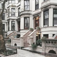 Discover Brooklyn: Park Slope Historic District in New York / * photo by Lindsay Crowder* New York Brownstone, Brooklyn Brownstone, Brownstone Homes, Brooklyn Park, Brooklyn House, Wallpaper Paisajes, Beautiful Homes, Beautiful Places, Ville New York
