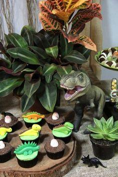 detalhes de decoração e cupcakes de mesa de aniversário no tema dinossauros para…