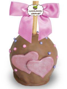 Manzana envuelta de caramelo con capa de chocolate de leche, decorada con corazones de fondant y perlas de azúcar.