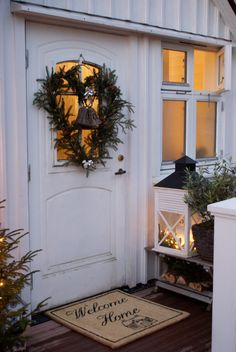 Outdoor Christmas ~ lovingly repinned by www.skipperwoodhome.co.uk