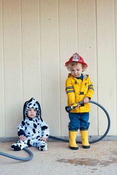 10 Adorable DIY Halloween Costumes for Siblings Firefighter & Dalmatian Costumes: www. Halloween Costume 2 Year Old, Sibling Halloween Costumes, Sibling Costume, Halloween Recipe, Toddler Boy Halloween Costumes, Twin Halloween, Halloween City, Halloween Nails, Halloween Makeup