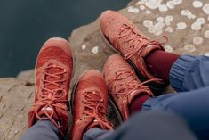 Hiking-Outfits für Alltagsabenteuer und die Outdoor-Community von Outside Stories! | New Moon Club Surf Poncho, Combat Boots, Outdoor, Outfits, Shoes, Fashion, Find Friends, Sporty Look, Outdoors