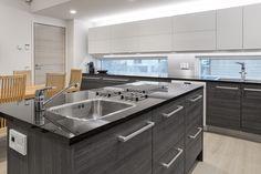Keittiössä on kaksi vesipistettä. Ikkunan eteen on sijoitettu puoliksi sähköinen hana, joka kertoo muun muassa veden lämpötilan.