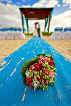 Ideas and pictures of gorgeous, exotic and romantic beach wedding centerpieces and unique beach themed wedding centerpieces with seashells and starfish.