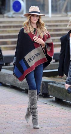 Rosie Huntington Whiteley, botas mosqueteras, borsalino, jeans