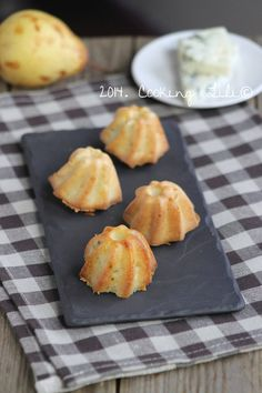 Roquefort pear bites for aperitif … 1 egg – 70 g flour – cc of baking powder – 30 ml of milk – 50 g of butter – 1 pear – 50 g of Roquefort cheese Source by buterfffly Xmas Dinner, Cheese Appetizers, Food Challenge, Cooking Chef, Party Finger Foods, Food Places, Brunch, Good Food, Food And Drink