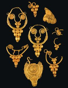 These hand-crafted gold earrings of high quality workmanship in the shape of grapes are from the Iron Age – long before the time of Roman occupation. (National Archaeology Museum in Lisbon [Museu Nacional de Arqueologia]).