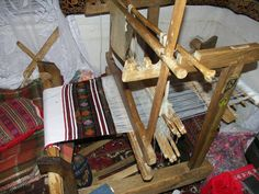 Razboi de tesut. Loom Weaving, Textile Art, Rugs On Carpet, Bohemian Rug, Medieval, Pottery, Textiles, Traditional, Costume