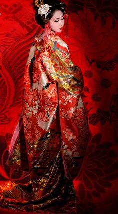 Source: http://www.mariage.com/au-fil-de-lactu/tour-du-monde-robe-de-mariee. superposition de kimonos rouges au japon (jusqu'à 12)