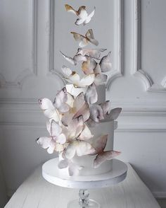 6 Wedding Cake Trends in 2020 Pretty Cakes, Beautiful Cakes, Bolo Tumblr, Naked Cakes, Black Wedding Cakes, Unusual Wedding Cakes, Fresh Flower Cake, Butterfly Cakes, Butterfly Wedding Cake