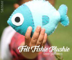 Felt Fish Plush Tutorial: Step by Step - Crafts Unleashed Felt-fish-plush-toy-kids-Crafts-Unle Felt Patterns Free, Felt Animal Patterns, Plushie Patterns, Stuffed Animal Patterns, Stuffed Animals, Free Pattern, Felt Crafts Kids, Fish Pillow, Felt Fish
