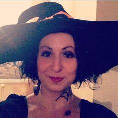 #InstagramELE #sombrero  En mi primer Halloween me disfracé de bruja sexy (o lo pretendía jaja) y me puse este enorme sombrero para ir a una fiesta de swing. Fue muy divertido ver cómo los leaders esquivaban el sombrero en cada giro . Muchas gracias @yoa_you por su tutorial de maquillaje personalizado en Youtube (no sé qué habría hecho sin él)  #sp101f16 #ceafall16