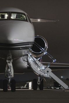Are you interested in chartering a private jet? Over the past few years, the popularity of private jet charters has increased. Many travelers don't want to wait in long airport lines or deal with o… Jets Privés De Luxe, Luxury Jets, Luxury Private Jets, Private Plane, Luxury Yachts, Spieth Und Wensky, Jet Privé, Foto Glamour, Black And White Aesthetic