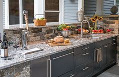 Discover your ultimate outdoor living space with these stunning luxury outdoor kitchen design ideas from our photo gallery. Get inspiration from experts! Outdoor Kitchen Kits, Outdoor Kitchen Countertops, Diy Countertops, Outdoor Kitchen Design, Outdoor Kitchens, Outdoor Spaces, Outdoor Decor, Basic Kitchen, Summer Kitchen
