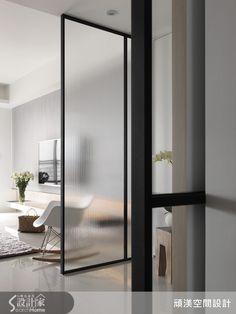 台中南屯區,一家 3 口, 40 坪的 3 房 2 廳空間,設計師透過材質、色彩、格局規劃出北歐風格,讓一家人不只擁有俐落簡約的美感體驗,更透過家的設計,凝聚全家人的情感,打造溫馨零距離的質感生活!  一入門,即見以黑色鐵件為框架的玻璃隔屏,在區隔出玄關領域的同時,也開啟通透十足的明亮印象;客廳透過大片落地窗引進採光,在明亮氛圍中搭配素雅家具,營造出沉穩的居家品味;開放式餐廳增添格局寬敞感,與廚房之間透過玻璃門片界定場域,並達到阻隔油煙的效果,並透過燈光與層板設計配置一面展示牆,滿足置物需求;書房空間則採用清玻璃圍塑,讓視覺可自然延伸,並與餐桌採用同系列桌椅,透過充滿線條美感的擺設裝置,串聯起不同空間中的優雅調性,牆面的書櫃將鐵件結合木材質,在色彩與觸感上營造對比美感;臥房空間採用了淺灰色床頭主牆,讓寢臥氣氛自然無壓,並在空間之中採用玻璃拉門,打造可彈性區隔的室內空間。  現代風零距離感設計X 3 1.透過特殊玻璃或清玻等玻璃材質搭配,讓空間採光通透連貫,並以開放格局打造寬敞視感,讓家人身處每個空間,也能情感相互交流無距離。…