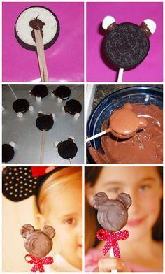 Mickey/Minnie Mouse, oreopop. Nodig: Golden oreo's, Mini marshmallows, Chocola, Lint, Cakepop stokje/ijslolly stokje.  Werkwijze: Scheid voorzichtig de koekjes van elkaar. Smelt chocola, plak een stokje op het koekje met vulling. Plak hierop het  andere koekje bovenop. Plak met chocola 2 marshmallows als oortjes op de oreo, laat de chocola stollen. Verwarm opnieuw de chocola en dip hier het koekje in, evt. chocola overheen gieten. Laat de chocola stollen. Bindt een lintje onder de Oreopop.