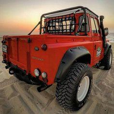 Shake that stunning rear-end! Jeep Truck, Pickup Trucks, Defender 90, Land Rover Defender 110, International Scout, Nissan Patrol, Vans Girls, Jeep Parts, Expedition Vehicle