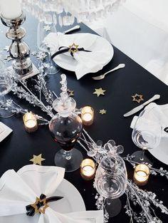 Une table de fête black and white réveillée par des touches dorées. Bobedre.dk vue sur Pinterest