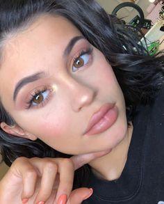 kylie jenner makeup iluminador e batom nude Kylie Makeup, Skin Makeup, Beauty Makeup, Kylie Jenner Makeup Natural, Kylie Jenner Makeup 2017, Kylie Jenner Eyelashes, Kylie Lips, Body Makeup, Makeup Style