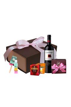Muchas veces no se trata de que un regalo tenga muchos globos, tarjetas gigantes, o un oso de 2 metros. Es mas directo y sencillo una caja a dos colores con un moño en seda, una buena botella de vino tinto, chocolates, tes, y unos jabones de ducha para consentir a esa mujer especial. Regalos diferentes e innovadores directos de La Confitería. Tienda online con sede en Bogotá Chocolates, Gifts For Women, Gifts For My Boyfriend, Wine Bottles, Soaps, Rain Shower Heads, Chocolate, Brown
