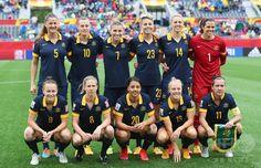 女子サッカーW杯カナダ大会・決勝トーナメント1回戦、ブラジル対オーストラリア。試合前の写真撮影に臨むオーストラリアの選手(2015年6月21日撮影)。(c)AFP/Getty Images/Elsa ▼22Jun2015AFP|オーストラリアがブラジル下し準々決勝進出、女子サッカーW杯 http://www.afpbb.com/articles/-/3051524 #2015_FIFA_Womens_World_Cup #Round_of_16_Brazil_vs_Australia
