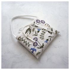 .  Botanical Flower bag   以前作ったミニバッグ。久しぶりに出して見たら可愛かったので  .  .  .  #embroidery #handembroidery #embroider #embroidered #embroideryart #handmade #handstitch #contemporaryembroidery #modernembroidery #needlework #broderie #creator #textileart #flowerpattern #花柄 #刺繍 #刺しゅう #ボタニカル #ボタニカルフラワー #flower #floral #botanicalflowers #botanicalflower #handmadebag #bag