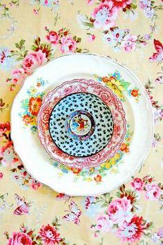 Fantastic Cost-Free how to make Ceramics plates Popular lula aldunate radiates mandalas with ornate ceramic plates Vintage Plates, Vintage China, Vintage Love, Vintage Dishes, Vintage Tableware, Vintage Prints, Vintage Dinnerware, Vintage Party, Dinnerware Sets