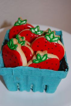 Galleras decoradas de fresa - Strawberry Decorated Cookies Maybe make a cute charm of this for daisha! Fruit Cookies, Strawberry Cookies, Galletas Cookies, Cute Cookies, Cut Out Cookies, Cupcake Cookies, Sugar Cookie Royal Icing, Cookie Frosting, Cupcakes