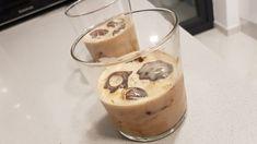 Mmm.. Herlig lavkarbo Irish Cream (eller Baileys om du vil). Denne oppskriften komponerte vi på ferie i Spania, og den har blitt laget mange ganger siden. På varme sommerdager smaker den himmelsk i et glass med isbiter av sterk kaffe, og på kjølige vinterkvelder i eller ved siden av en … Baileys Irish Cream, Low Carb, Pudding, Snacks, Desserts, Food, Drink, Tailgate Desserts, Appetizers