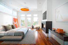 une chambre à coucher spacieuse en blanc et gris aux accents orange