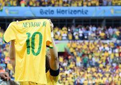 サッカーW杯ブラジル大会(2014 World Cup)準決勝、ブラジル対ドイツ。試合前にネイマール(Neymar da Silva Santos Junior)のユニホームを掲げるブラジルのダビド・ルイス(David Luiz、2014年7月8日撮影)。(c)AFP/VANDERLEI ALMEIDA ▼9Jul2014AFP|ブラジル代表、試合前にネイマールのユニホームを掲げる http://www.afpbb.com/articles/-/3020049 #Brazil2014 #Brazil_Germany_semifinal